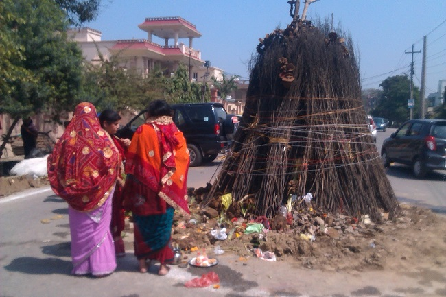 Women doing round at Holika